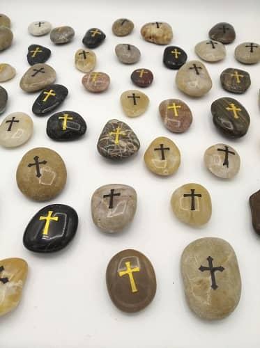 Pietra della fede con incisa croce color oro