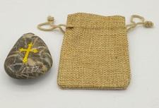 Sacchettino e sasso con incisa croce color oro