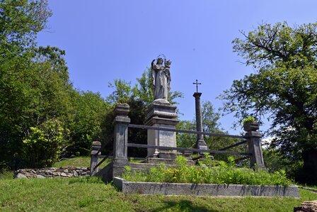 monumento alla Madonna con il  Bambino ed una croce in ferro