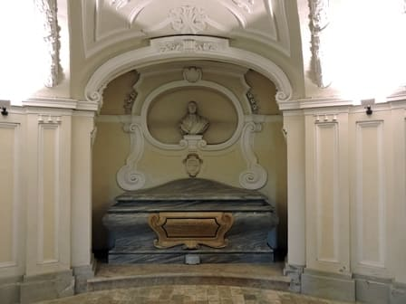 La tomba del cardinale Carlo delle Lanze nello scurolo dell'abbazia.jpg
