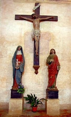 Gruppo ligneo policromato con le statue della Madonna e S. Giovanni, poste ai lati del Crocefisso