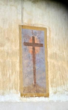 Affresco della croce con strumenti passione a Piasco - Val Varaita
