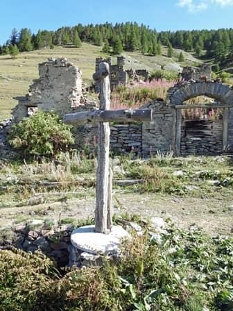 Croce con mola di mulino come basamento a Seytes