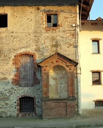 Villafalletto (Cn) pilone ottocentesco addossato ad un'abitazione