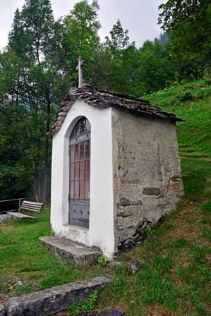 Carcoforo (val Sesia) cappella delle Torbe, sopra il paese lugo un sentiero alpino, dedicata alla Madonna
