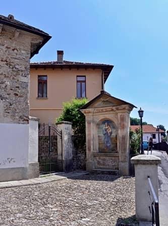 Quarna inf. (Cusio -  VCO) Oratorio dedicato alla Vergine nel centro del paese