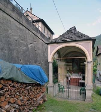 Ceppo Morelli (Valle Anzasca - Ossola) Pilone con protiro dedicato a S. Ambrogie