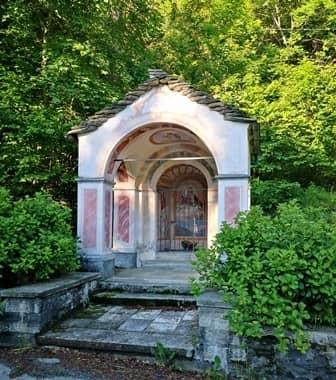 Malesco (val Vigezzo – Ossola) Pilone con protiro ed abside ad arco dedicato alla Vergine