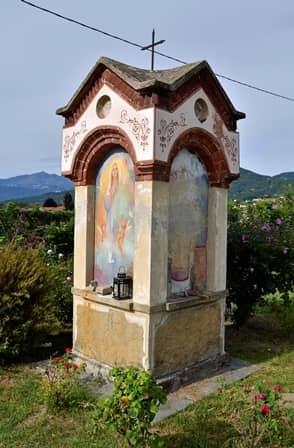 Campagna pinerolese: pilone campestre con immagini della Vergine, Cristo e S. Grato, protettore dei raccolti