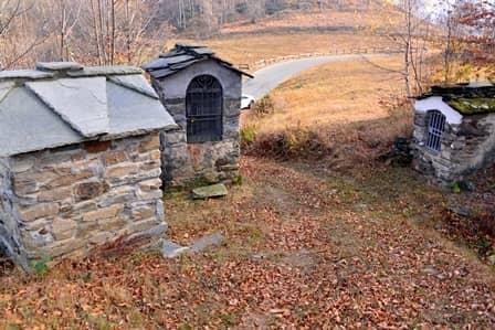 Bertesseno (val di Lanzo): tre piloni disposti lungo un sentiero