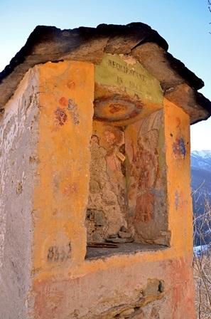 """Villar di Sampeyre (val Varaita """" Cn) Pilone con funzione di poso posto lungo il sentiero del cimitero"""