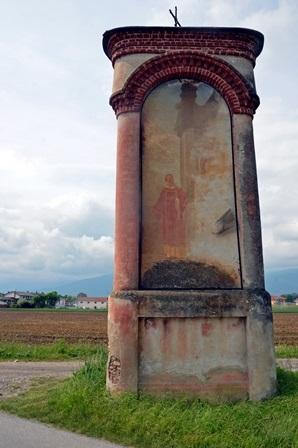 Cavour, pilone a pianta triangolare posta al centro di un trivio