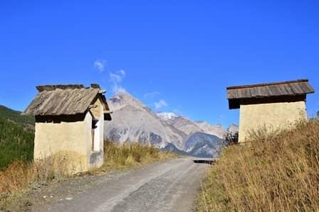 Thures (Val Susa) Piloni accoppiati lungo la strada  di fondovalle