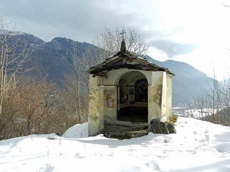 Locana (valle Orco): pilone-oratorio lungo la strada della Cialma