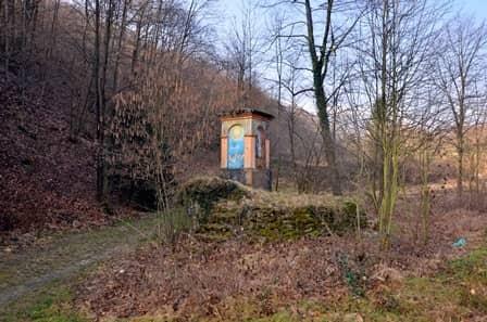 Lusernetta (val Pellice): pilone lungo una strada dismessa, in unl'area cattolica di una valle valdese